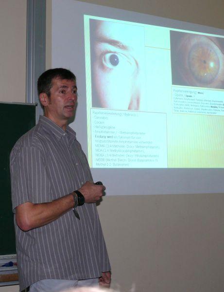 Polizeikommissar Dietmar Hoffmann beim Vortrag zur Drogenprävention