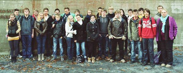 """Die Klasse 10a mit den Geschichtslehrerinnen vor dem """"Regierungsbunker"""""""