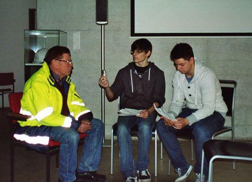2 Schüler der 10a im Gespräch mit einem Zeitzeugen