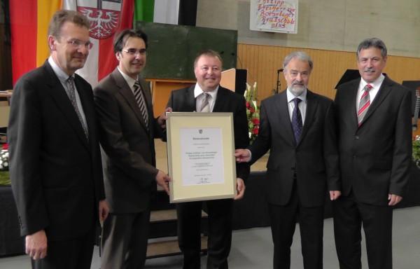 Überreichung der Urkunde an den Schulleiter Klaus Dünker