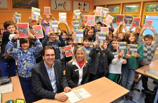 Schulleiter Klaus Dünker freute sich mit den Schülern über die Spende der Kreissparkasse Ahrweiler, die durch die Jugendmarktbetreuerin Christiane Fuhs überreicht wurde.
