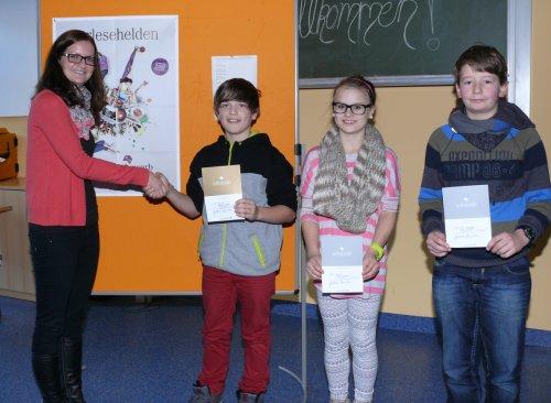 Natalie Hees gratuliert Tim Linden aus der Klasse 6a zum Sieg