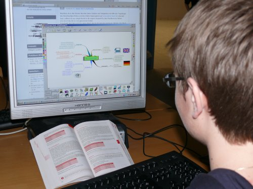 Ein Blick über die Schulter von Daniel, der gerade eine Mindmap über seinen Wunschberuf am PC erstellt