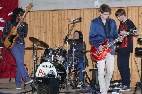 """Gastauftritt der Band """"Posiealbum"""" mit ehemaligen Schülern"""