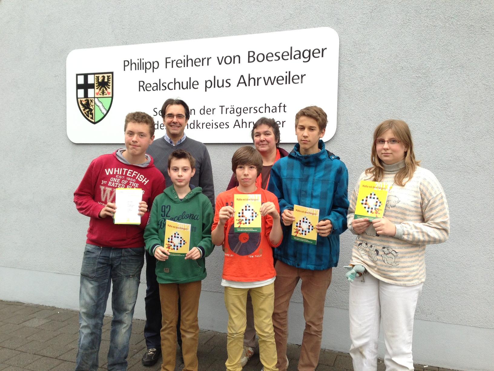 Schulleiter Klaus Dünker und die Vertreterin der Fachschaft Mathematik ehrten die Schüler Benedict Arzdorf (5a), Phil Weiler (6a), Patrick Oehrle (7e), Sarah Ellinger (8a) und Paul Selbach (8b)