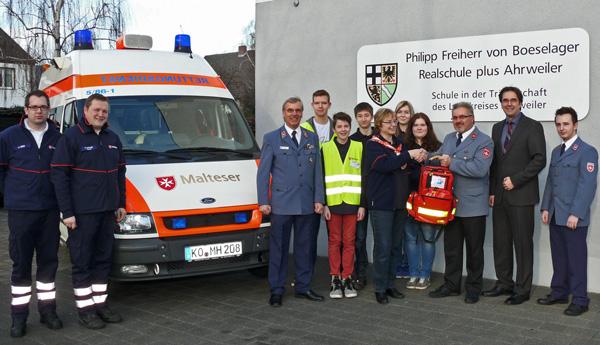 Diözesanausbildungsreferent Matthias Krämer überreicht der Leiterin des Schulsanitätsdienstes der Boeselager-Realschule, Karin Ermert, einen Notfallrucksack