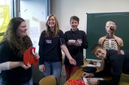 Am Tag der offenen Tür konnten die Schulsanitäter noch einmal einige Themen intensiv vertiefen und an praktischen Beispielen üben