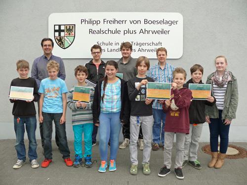Vertreter der Gewinner-Klassen mit dem Leiter der Umwelt-AG Peter Roth und Schulleiter Klaus Dünker