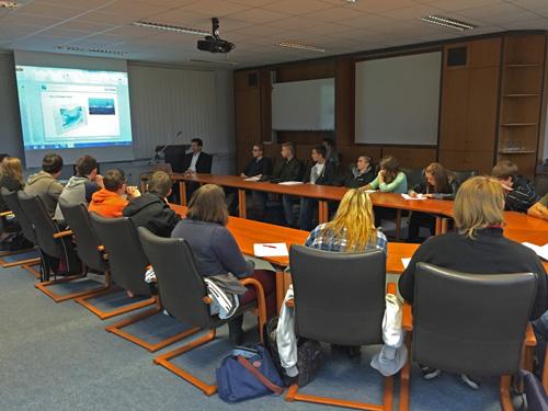 """Die Klasse 10a beim Vortrag von Dr. Stephan Lingner """"Warum Energiewende?"""""""