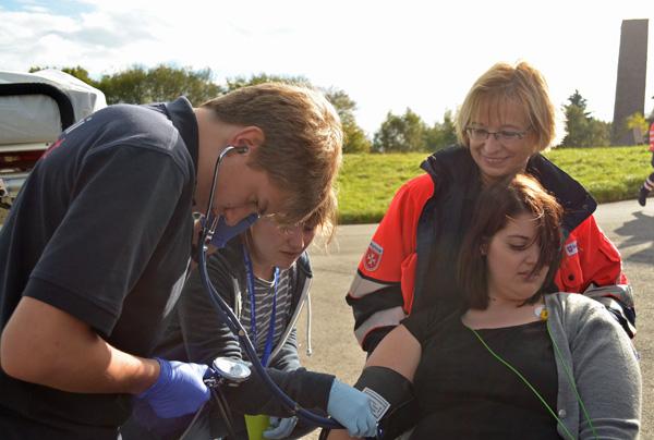 Hendrik beim Blutdruckmessen eines Unfallopfers