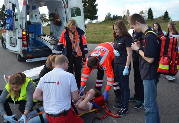 Bei der Simulation eines Großunfalls wird die Zusammenarbeit der Helfer geprobt