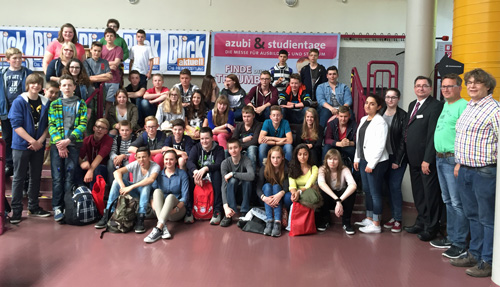 Die Boeselager-Realschüler mit ihren Lehrern und Frans Isrif - dem Veranstalter der Messe