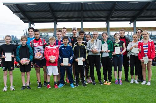 Siegerehrung der Jahrgangsbesten und Staffelsieger durch die Konrektorin Bettina Lanzerath