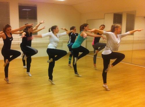 Carolin Rothbrust (ganz rechts) übte als Lehrerin für tänzerische Gymnastik einen Tanz ein