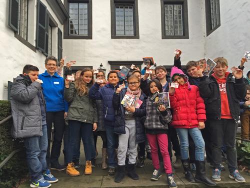 Mit Ausweisen und ersten ausgeliehenen Medien verabschiedete sich die Klasse 5b von Gisela Franz