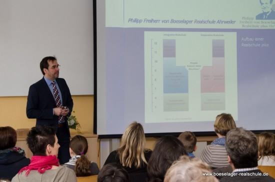 """Schulleiter Klaus Dünker stellte unsere Schule den interessierten Eltern am """"Tag der offenen Tür"""" vor..."""