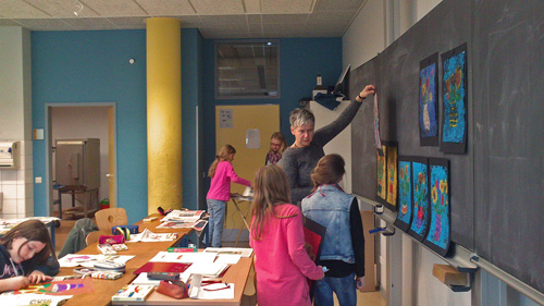 """Thea Thomasch ist einer der BK-Lehrerinnen, die auch die AG """"Künstelerisches Gestalten"""" betreut"""