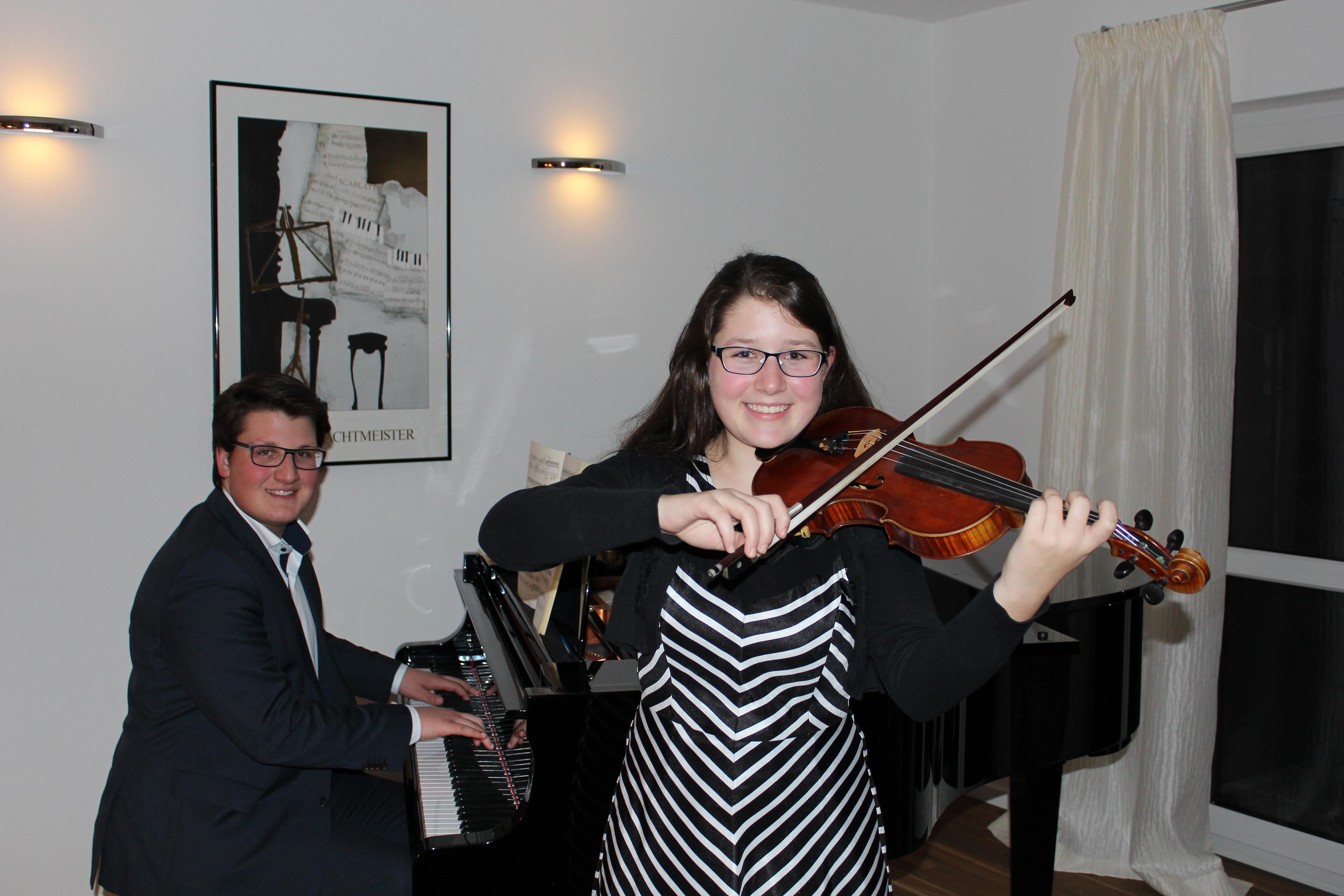 Jan-Raphael Kemnitzer (10a) begleitet seine Schwester Sophie-Marie auf dem Klavier