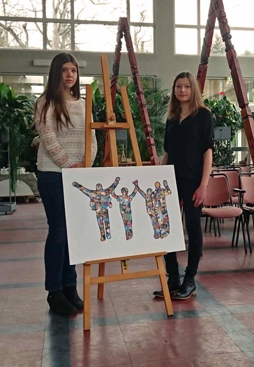 """Die beiden Preisträger Evi Wendler und Julia Goldschmidt (9d) mit ihrem Bild """"Menschen auf dem Weg in die Freiheit"""""""