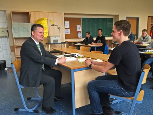 Jens Flüchter (Barmer) simulierte mit einem Schüler ein Vorstellungsgespräch