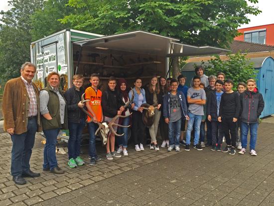 Familie Thuy-Dahm mit Biologielehrer Burkhard Bender und den Siebtklässlern der Boeselager-Realschule Ahrweiler