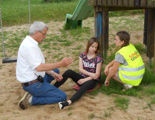 Heribert Gerstenmeyer beim Erklären von Erste Hilfe- Maßnahmen