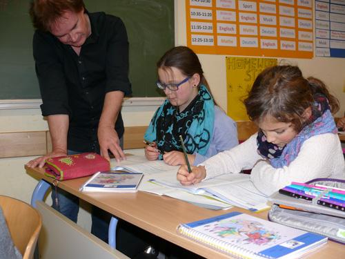 Der pädagogische Leiter der Boeselager-Realschule, Dr. Rüdiger Becker, bei der Hausaufgabenbetreuung am Nachmittag