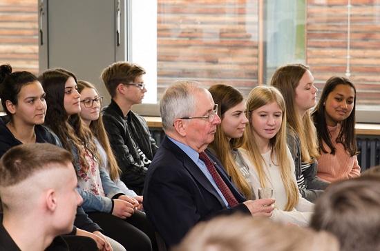Keine Berührungsängste zeigte Klaus Töpfer hier im Gespräch mit den jungen Boeselager-Realschülern
