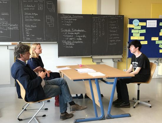 Leon schlug sich sehr gut im mit Anna Tiedemann und Miguel Martinez (beide von der Agentur für Arbeit) simulierten Vorstellungsgespräch