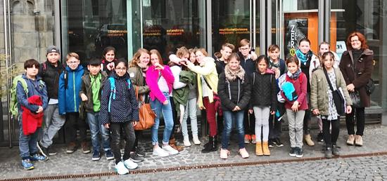 Die Klasse 5c der Boeselager-Realschule mit ihrer Klassenleiterin Ute Schäfer vor dem Rheinischen Landesmuseum in Bonn