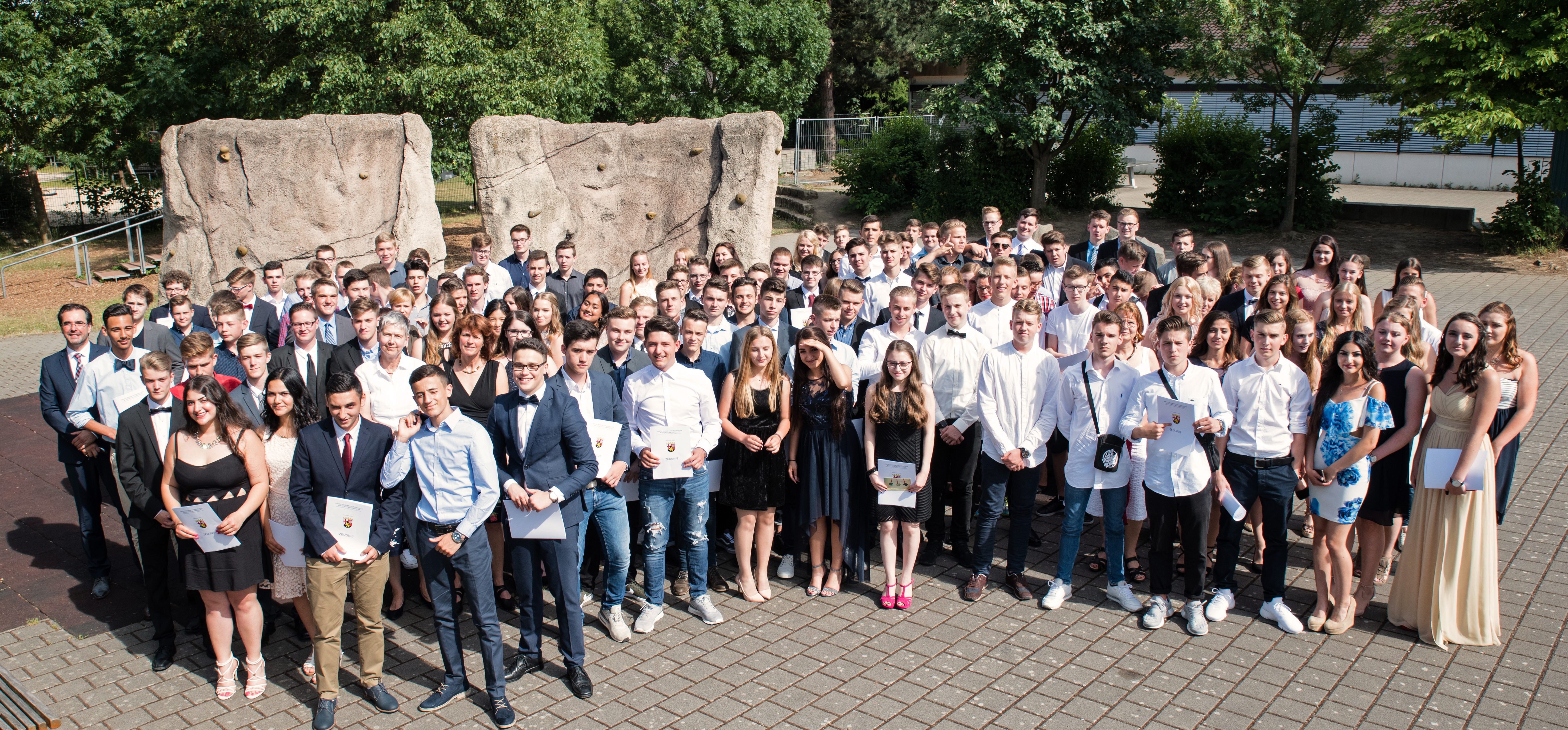 Die 136 Abgänger der Abschlussklassen der Philipp Freiherr von Boeselager Realschule plus Ahrweiler