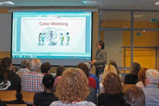 1. Konrektorin Frau Bettina Lanzerath berichtet aus Sicht der Schule zum Thema Mobbing