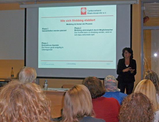 Diplom-Sozialarbeiterin Silvia Plum von der Psychosozialen Beratungs- und Behandlungsstelle der Caritas Ahrweiler gab den Eltern Tipps, wie man gegen Mobbing vorgeht