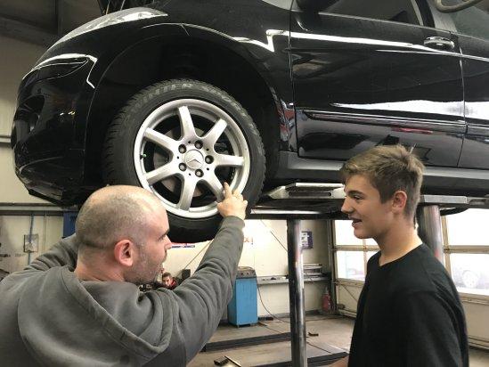 David M. absolvierte ein Praktikum als Kfz-Mechatroniker in der Kfz-Werkstatt Denny Valder in Heimersheim