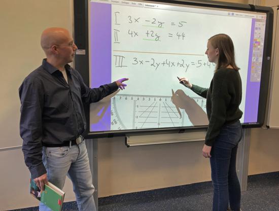 Am Tag der offenen Tür gibt es auch Einblick in den modernen Mathematikunterricht am Activeboard - hier mit Mathelehrer Dr. Thomas Schröer
