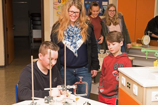 Immer ein Hingucker für die jungen Schüler: Experimente im Physiksaal