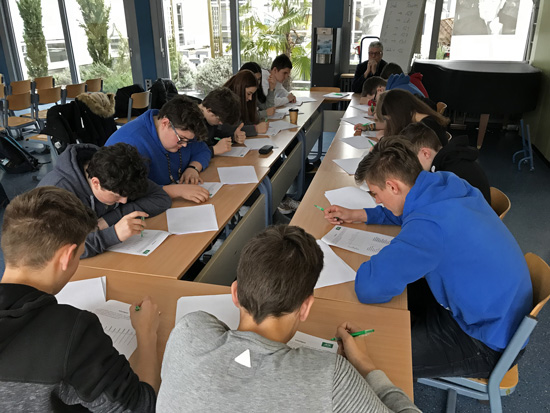 Konzentriertes Arbeiten beim simulierten Eignungstest unter der Aufsicht von Jupp Forg (AOK)