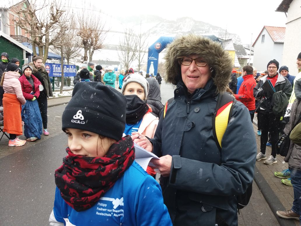 Klara Udelhoven aus der Klasse 6c mit der Sportlehrerin Anne Weller