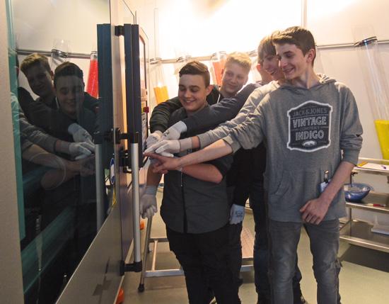 Und los geht's! Die Produktion lief so gut, dass die Teilnehmer je drei, statt wie geplant einen Trinkbecher, mit nach Hause nehmen konnten.