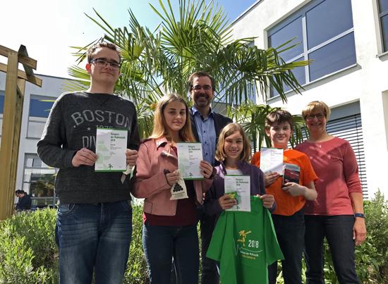 Die Schulsieger beim Känguru-Wettbewerb 2018 mit der Organisatorin Anne Weller und dem Schulleiter Klaus Dünker