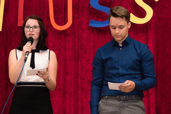 Maren Hecker (10a) und Lukas Krämer (Klasse 10c) moderierten die Abschlussfeier