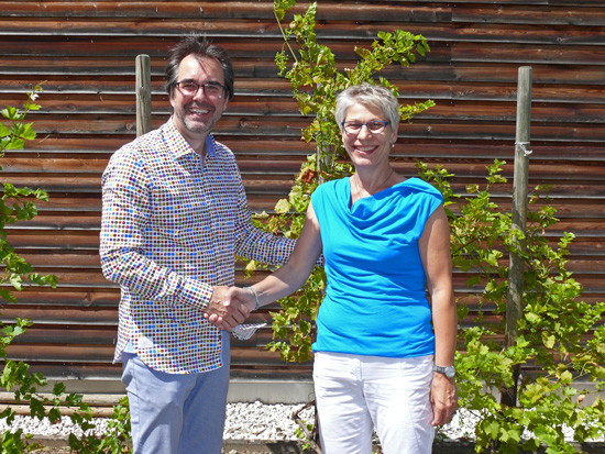 Schulleiter Klaus Dünker verabschiedet sich von Elke Sicken, die 11 Jahre im Sekretariat der Boeselager-Realschule arbeitete