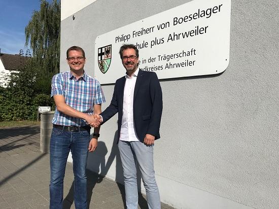 Der scheidende Schulleiter Klaus Dünker wünscht seinem Nachfolger Timo Lichtenthäler alles Gute