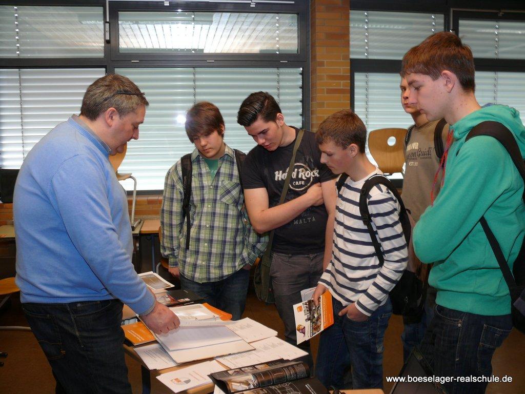 Thomas Nelles von der Schreinerei Nelles informiert Schüler