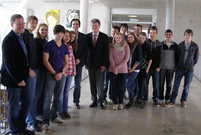 Die am Austausch beteiligten Schüler mit den Vertretern der beiden Schulleitungen (Thomas Riedel, Klaus Dünker, Reiner Meier)  und dem Initiator Nick Falkner