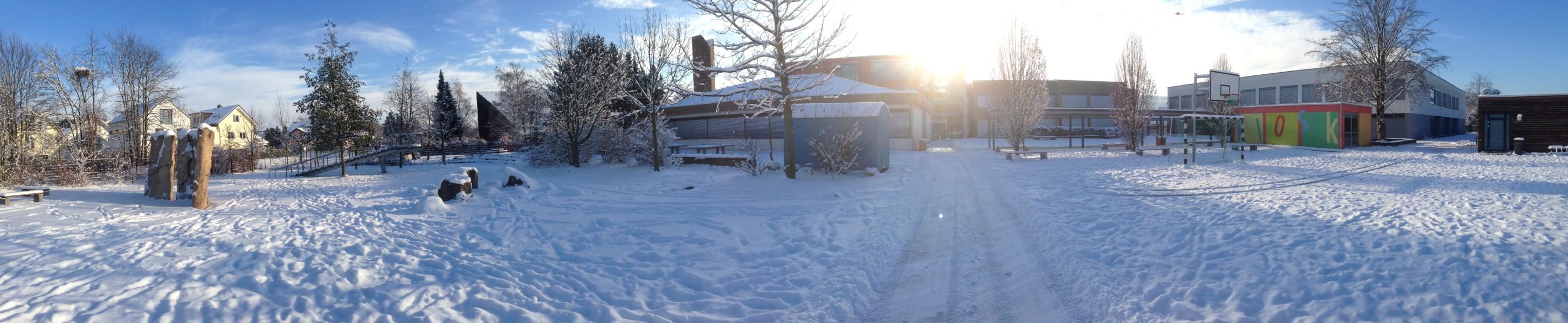Schulhof im Dezember 2012 - zum Vergrößern anklicken...