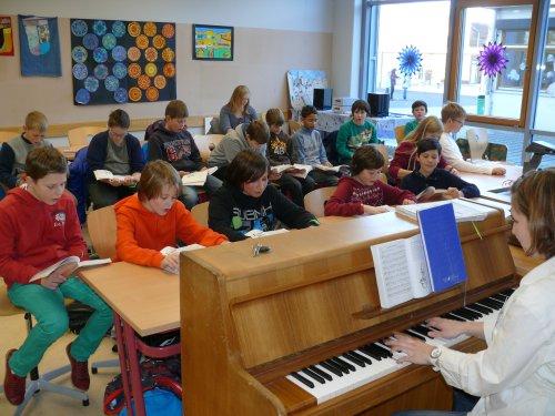 Hier probt der Unterstufenchor mit Myriam Lochner am Klavier