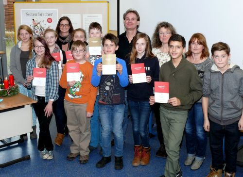 Die Schulsieger, Klassensieger und die Mitglieder der Jury unter der Leitung von Natalie Hess (Vorsitzende der Fachschaft Deutsch)