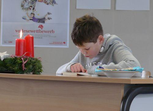 Alexander Sonntag (6b) vertritt die Philipp Freiherr von Boeselager Realschule plus Ahrweiler in der nächsten Runde des Vorlesewettbewerbs