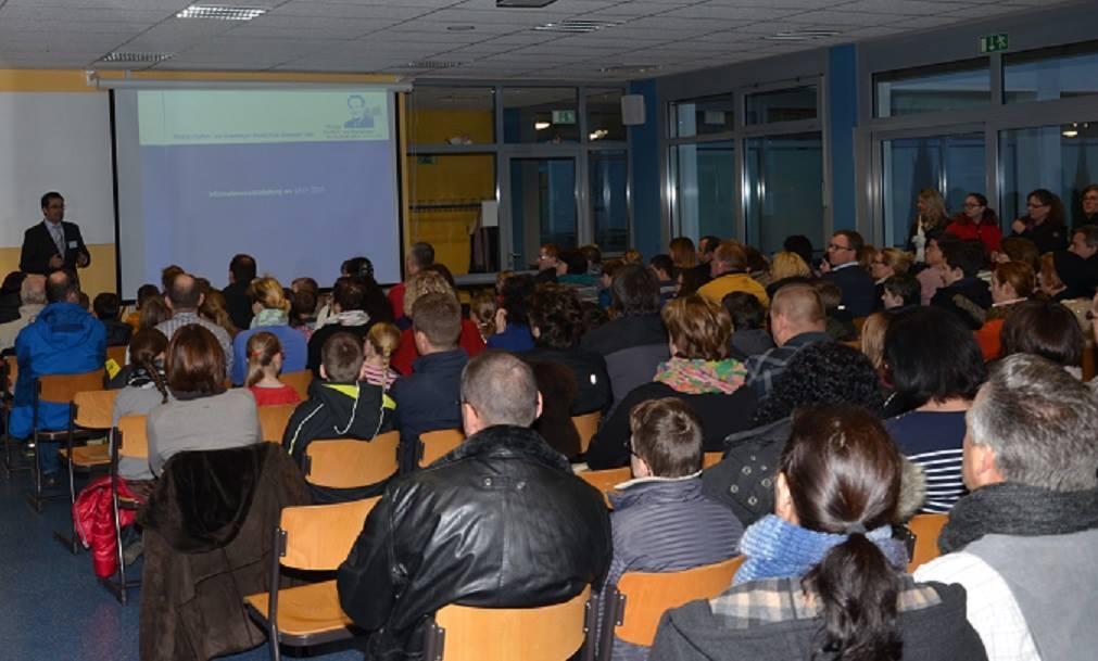 """Schulleiter Klaus Dünker stellt unser Schule den interessierten Eltern am """"Tag der offenen Tür"""" vor..."""